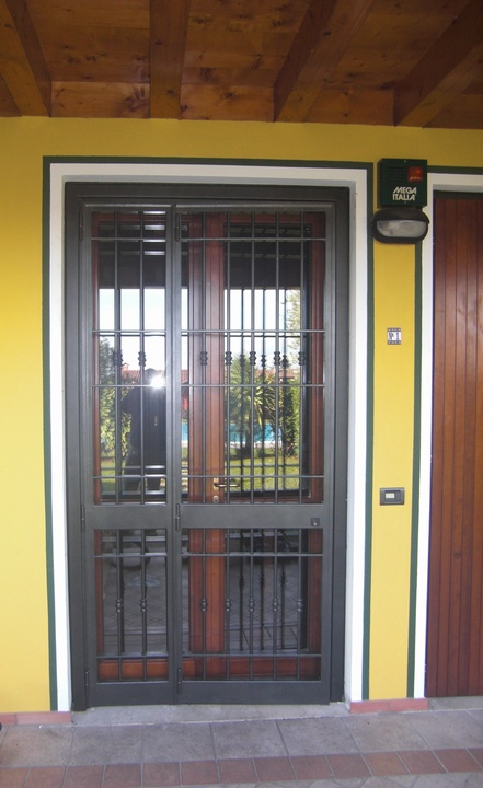 Inferriate e porte finestra inferriate per finestre in ferro for Grate in ferro battuto immagini