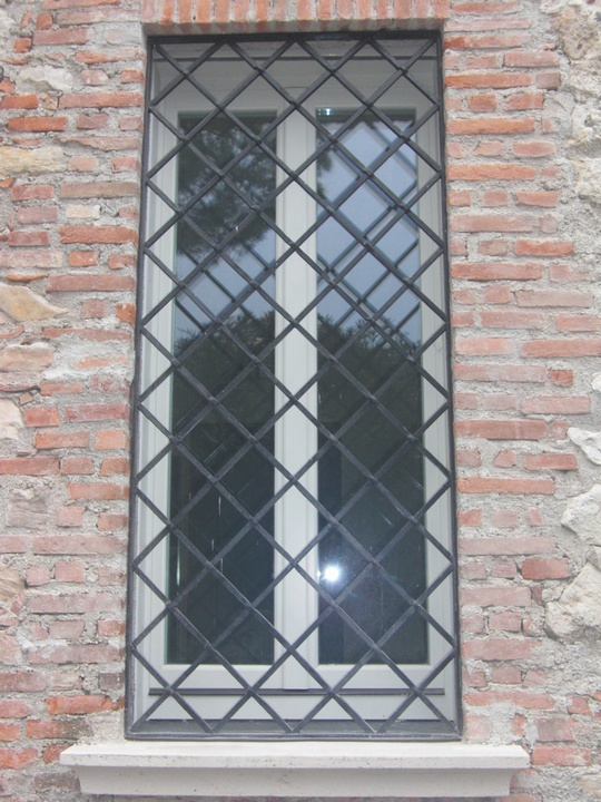 Inferriate per finestre soluzioni eleganti per palazzi - Grate finestre in ferro ...