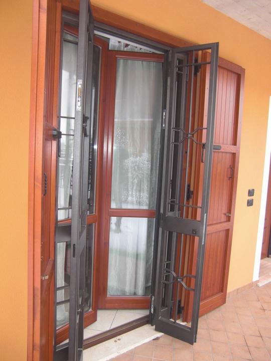 Inferriata apribile con struttura blindata in ferro battuto for Immagini inferriate per finestre