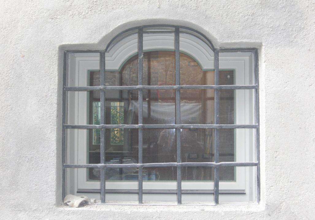 Inferriate per finestre soluzioni eleganti per palazzi for Grate in ferro battuto immagini