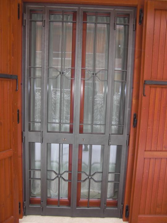 Inferriata apribile con struttura blindata in ferro battuto - Protezioni in ferro per finestre ...