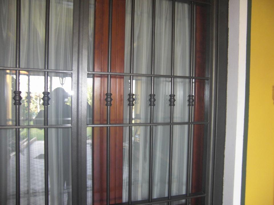 Inferriate e porte finestra inferriate per finestre in ferro for Finestre e porte moderne