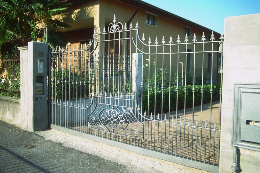 Cancello carraio scorrevole una soluzione sicura ed elegante for Foto cancelli scorrevoli in ferro