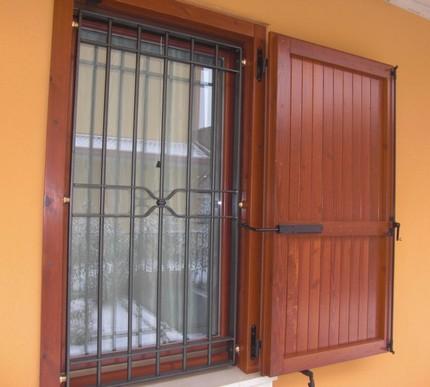 Inferriata fissa di sicurezza lavorata in ferro battuto - Grate finestre in ferro ...