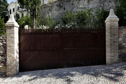 Cancello carraio scorrevole ad ante sfalsate cancelli in for Cancello scorrevole moderno